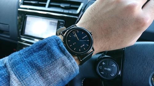 05435c6104 スマートウォッチには紹介した以外にも一般的なデジタル腕時計にあるアラームやストップウォッチは当然のこと、画面全体が明るく点灯し暗闇を照らせるライトや天気  ...